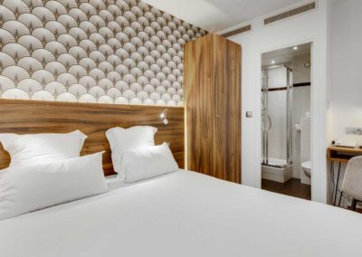 hotel-carladez-cambronne-galerie-standard-douche-lit-salle-de-bain