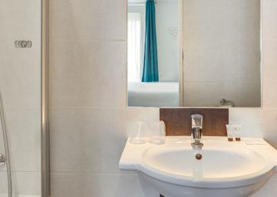 hotel-carladez-cambronne-galerie-superieure-bain-salle-de-bain-1